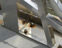 إستخدام بعض المسامير المصنوعة من الحديد بدلاً من الاستانلس